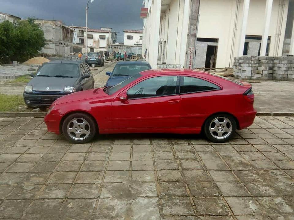 Mercedes rouge cote